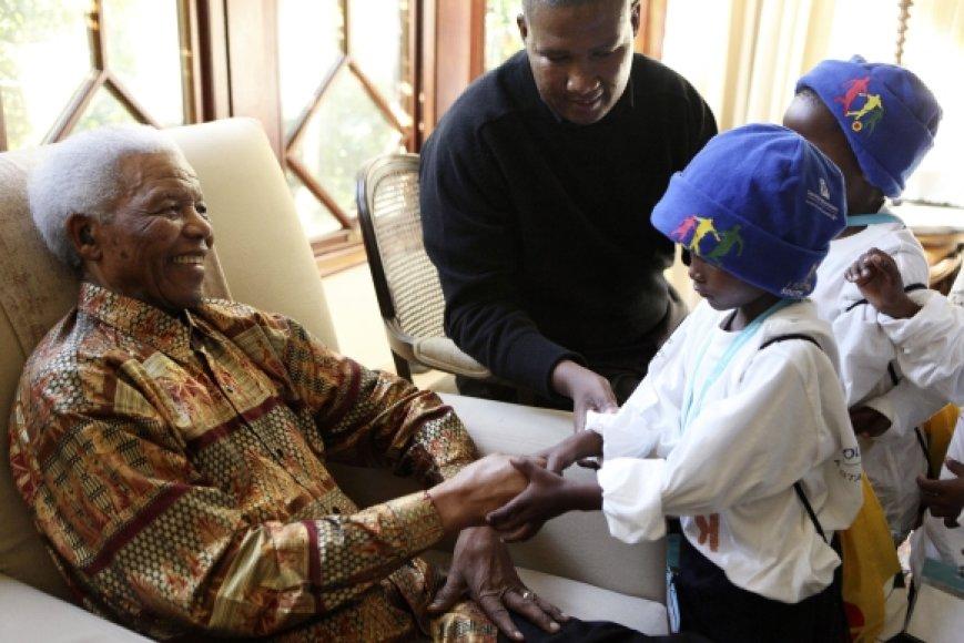 Nelsonas Mandela priima sveikinimus.