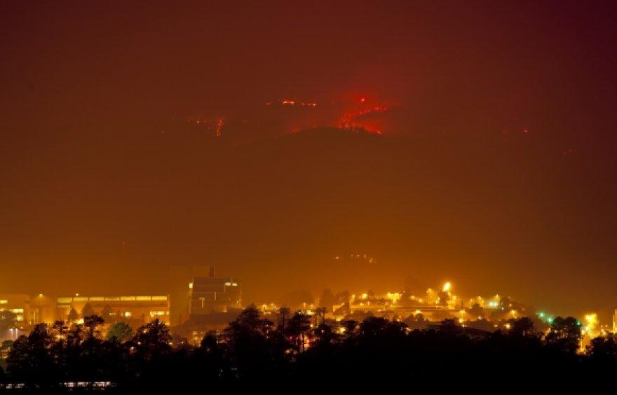 Kalvos greta Los Alamoso laboratorijos apimtos ugnies.
