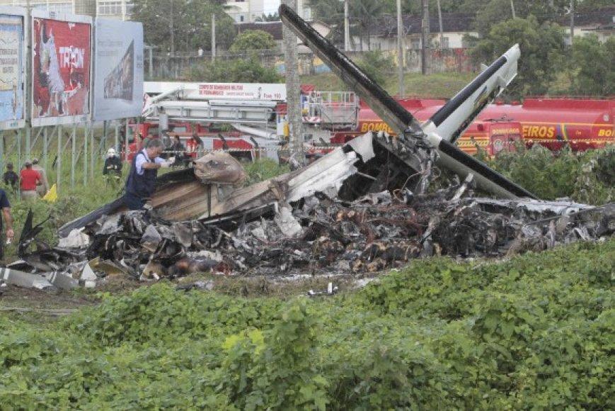 Žuvo visi 16 lėktuvu skridę žmonės.