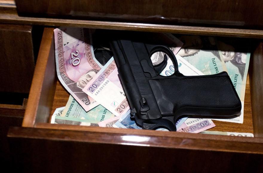 Pistoletas, pinigai