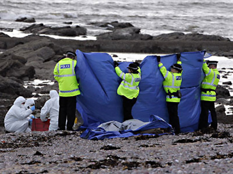 Škotijos pareigūnai ap-iūri vietą pajūryje, kur rasta gabalais sukapota lietuvė