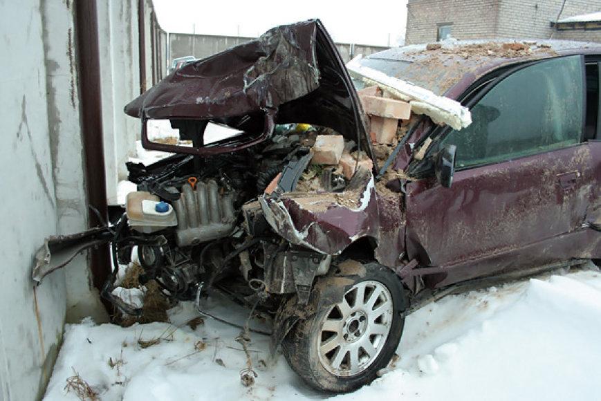 Automobilis, kuris rėžėsi į parduotuvę