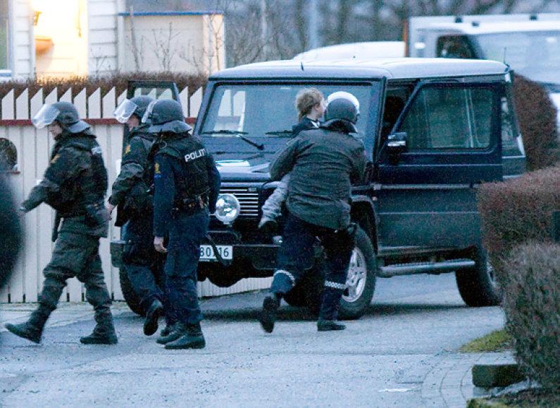 Policija išneša įkaitu laikytą vaiką