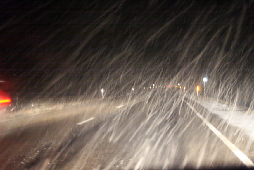 Per sniegą sunkiai matomas kelias
