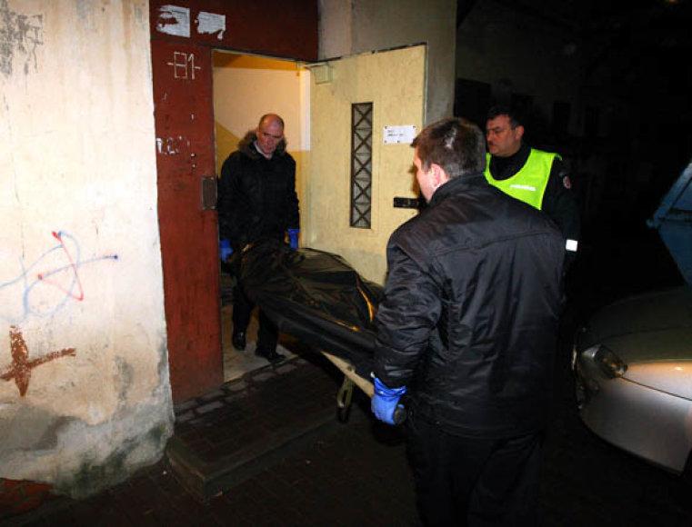 Nužudytojo kūnas išgabenamas iš įvykio vietos