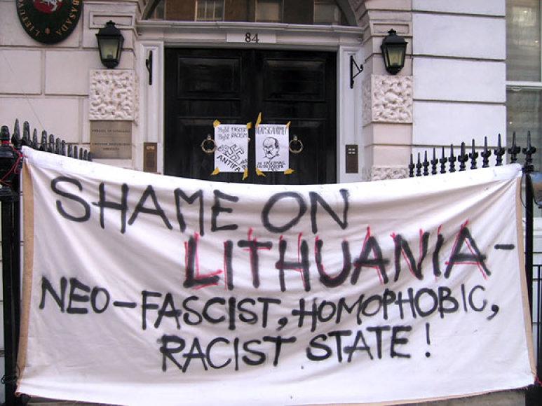 Plakatas ant Lietuvos ambasados Londone  vartu