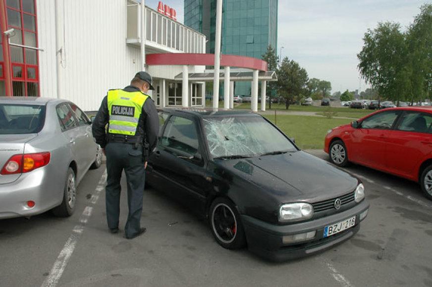 Policininkas prie likimo valiai palikto automobilio