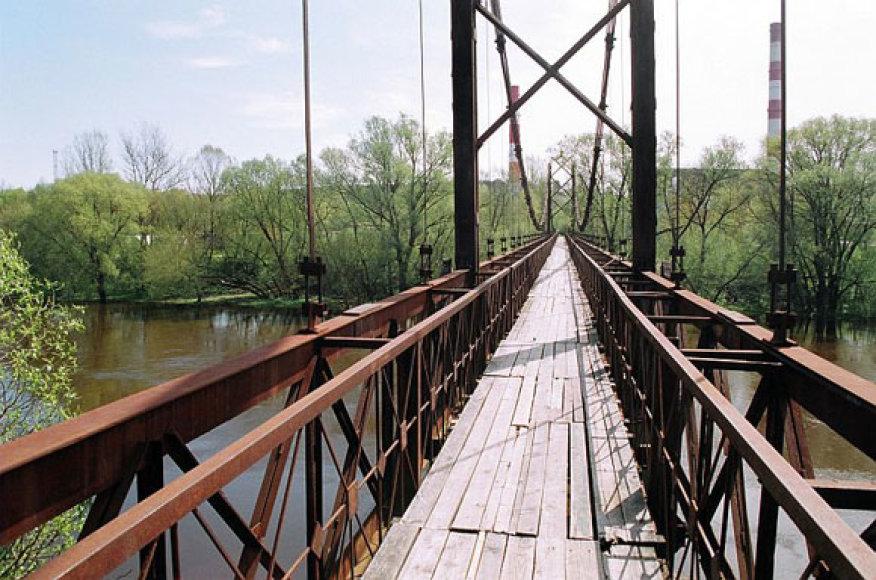 Pėsčiųjų tiltas, per kurį nutiestą kabelį buvo bandoma pavogti