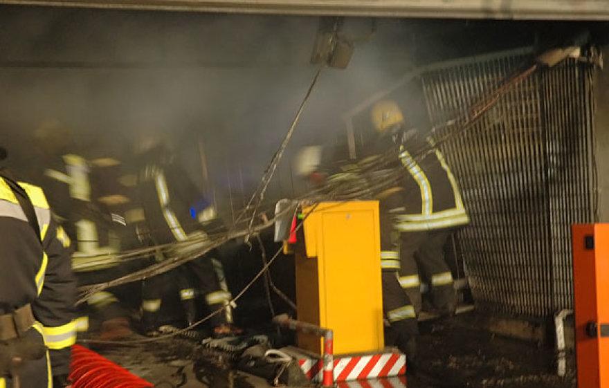 Ugniagesiai traukia konteinerį, kuriame degė šiukšlės