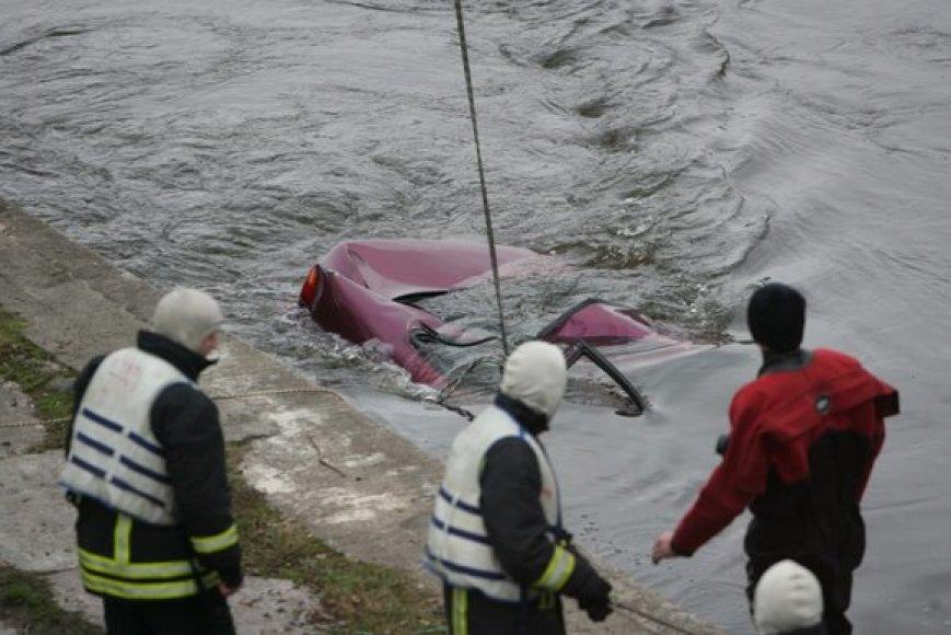 Į krantą traukiamas nuskendęs automobilis