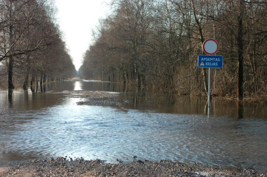 Potvynis. Užlietas kelias