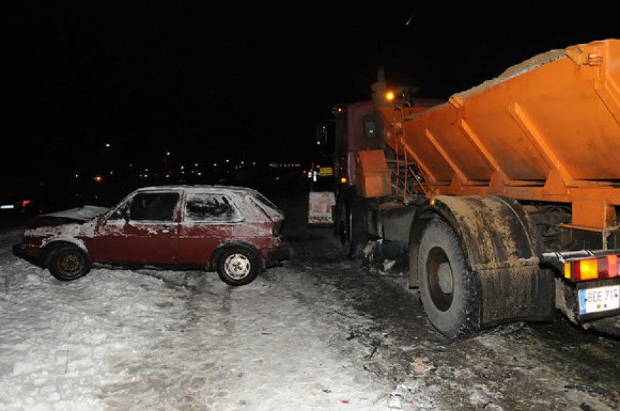 Kelius barstantis automobilis avarijos vietoje pasirodė praėjus valandai po susidūrimo