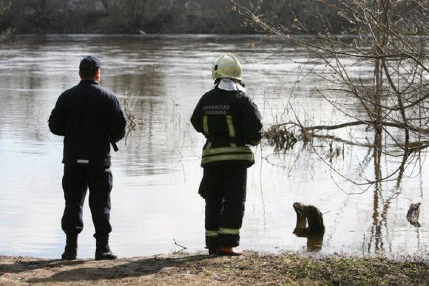 Gelbėtojai upės pakrantėje