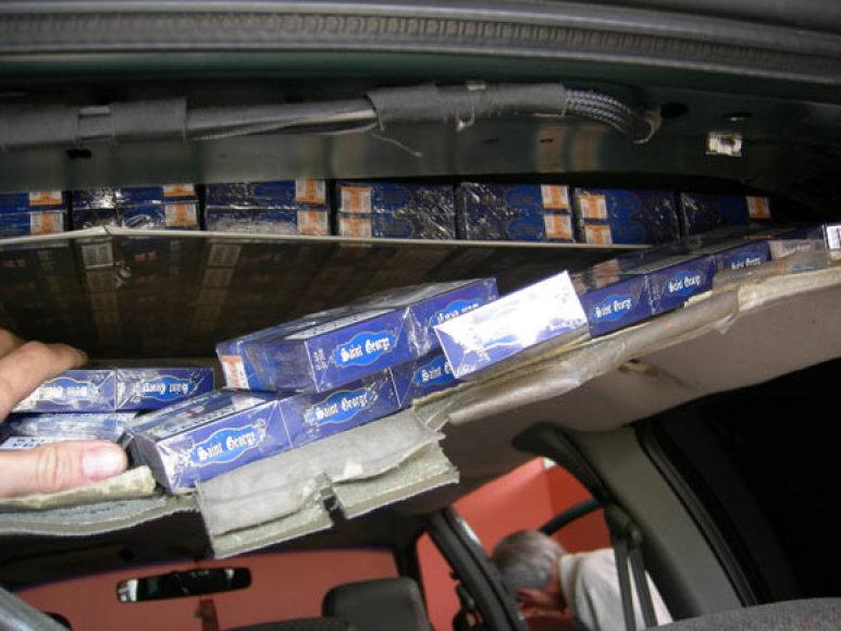 Kontrabandinės cigaretės automobilio slėptuvėje