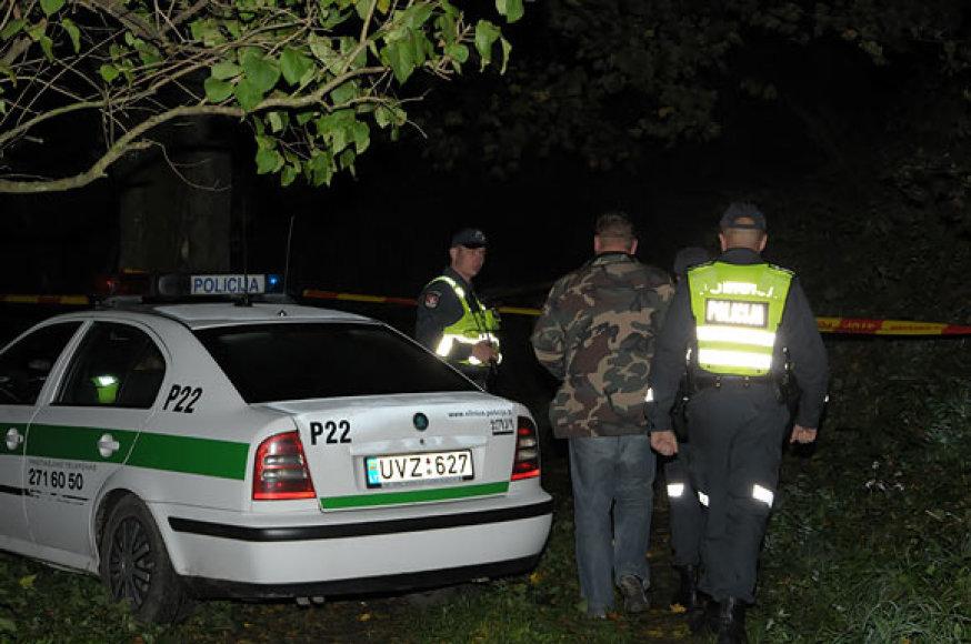 Įvykio vietoje prie įtariamojo automobilio