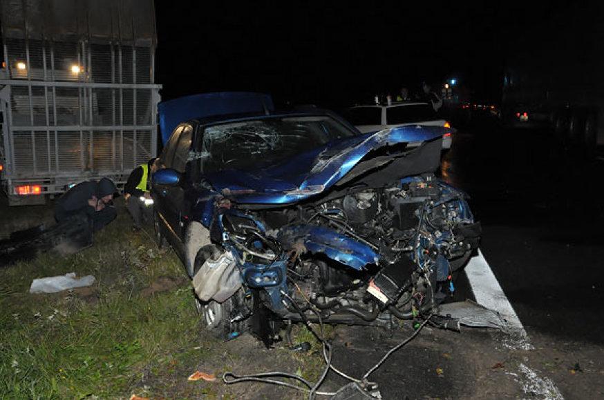 "Automobilis ""Peugeot"" avarijos vietoje"