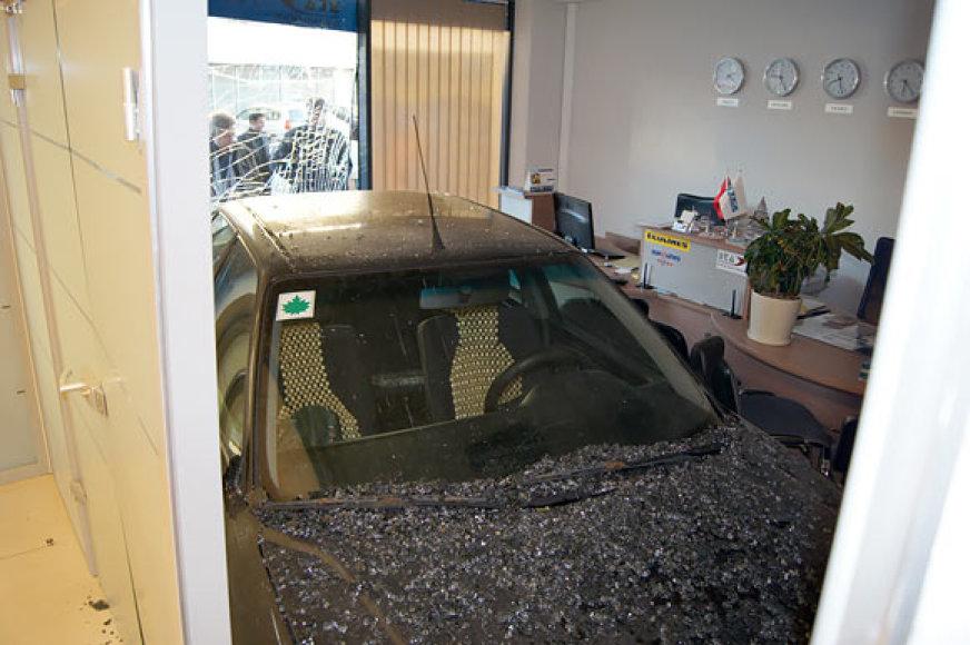 Automobilis kelionių agentūros biure