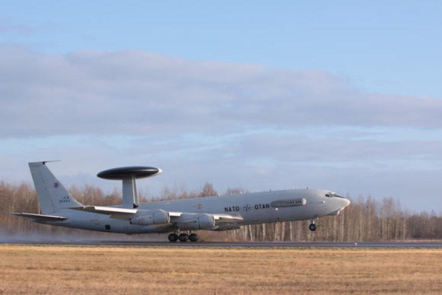 Iš Šiaulių oro uosto kyla NATO skraidantis radaras