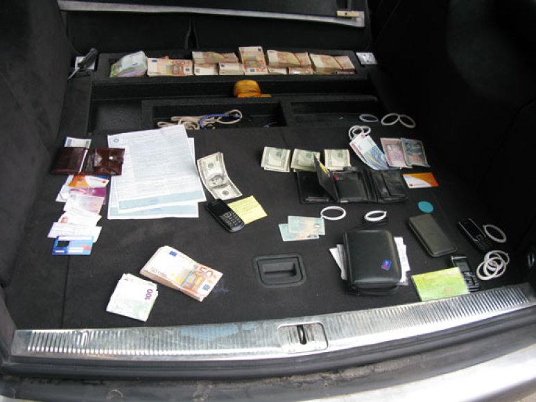 Įtariamųjų automobilio patikra