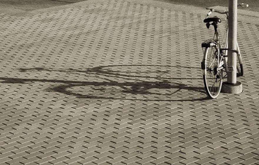 Dviratis ir jo šešėlis