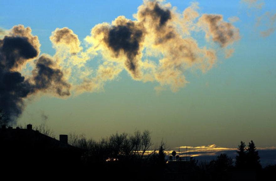 Dūmai dangaus fone