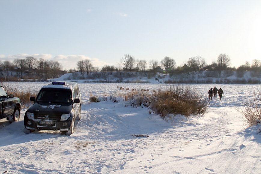 Pasieniečiai užšalusio Nemuno pakrantėje