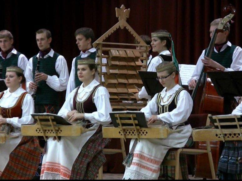 """KTU tautinio meno ansamblis """"Nemunas"""" palydėtas į konkursą """"Kadagys""""."""