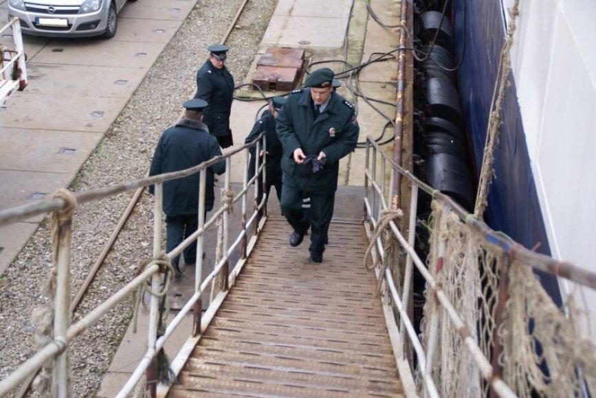 Lietuvoje nelegaliai buvusiems jūreiviams filipiniečiams skirtos baudos.