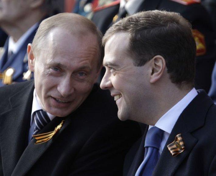 Vladimiras Putinas (kairėje) ir Dmitrijus Medvedevas (dešinėje)