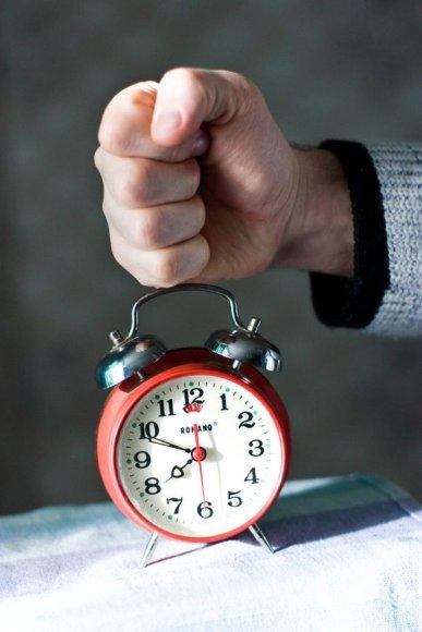 Laiko persukimas nėra nei naudingas, nei žalingas, tačiau tokiai tvarkai keisti reikėtų daug pastangų ir kaštų.