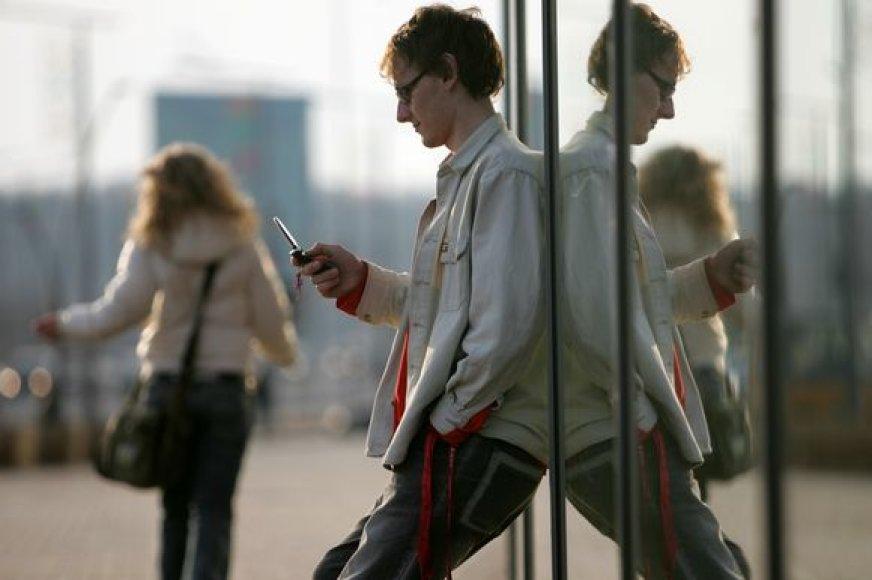 Skambinant mobiliuoju užsienyje, verta pasidomėti vietinėmis kainomis.