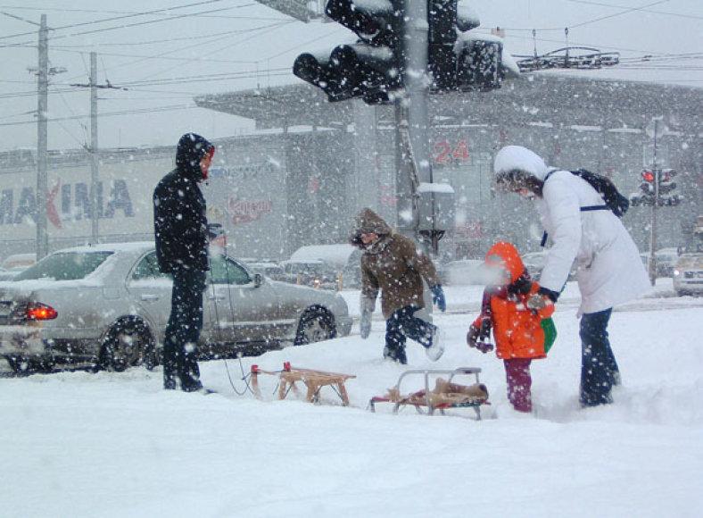 Kas sniegu džiaugiasi labiau: vaikai ar tėvai?