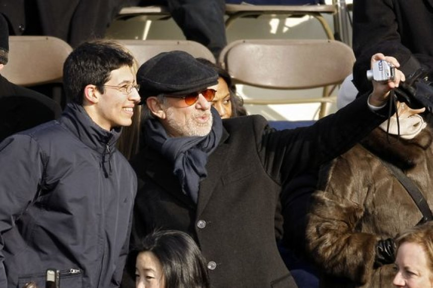Stevenas Spielbergas su fotoaparatu rankose