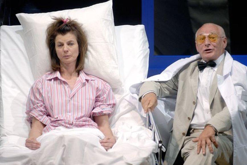 """G.Girdvainis vaidindamas spektaklyje """"Palaukit, kieno čia gyvenimas"""" mėgina įtikinti aktorės N.Narmontaitės įkūnijamą heroję branginti savo gyvybę."""