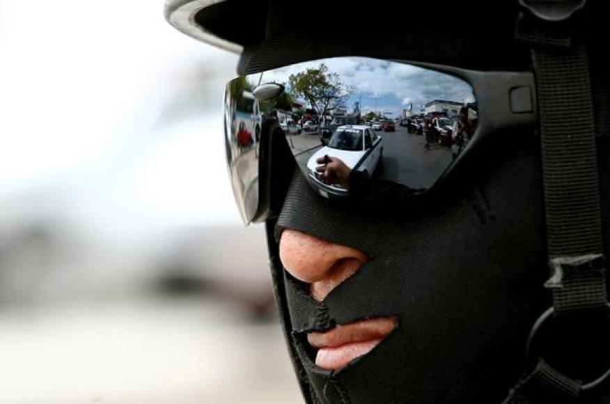Meksikos pareigūnas per narkotikų paieškos reidą.