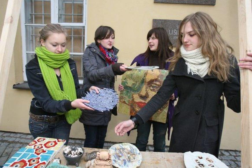 """Iki mugės pradžios Vilniaus dailės akademijos dirbtuvėse virė pasiruošimo darbai, o spėję juos pabaigti studentai jau ketvirtadienį demonstravo prekes, daugelio kurių kainas juokaudami ketino nustatyti """"pagal pirkėjo akis""""."""