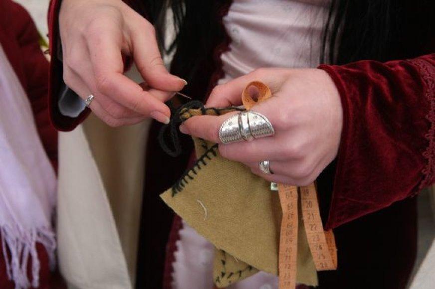 """Apsilankiusieji K.Sirvydo skvere veikusiame """"Siuvėjų ceche"""" buvo kviečiami patys prisidėti prie siuvinio sukūrimo."""