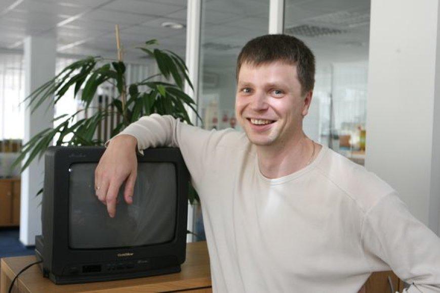Panorėjęs vietoj seno televizoriaus įsigyti porą naujų A.Kriauza pasirinko Prancūzijoje registruotą internetinę parduotuvę. Tačiau vyrui prireikė Europos vartotojų centro pagalbos, kai į namus atkeliavo prekė su įskilusiu ekranu.
