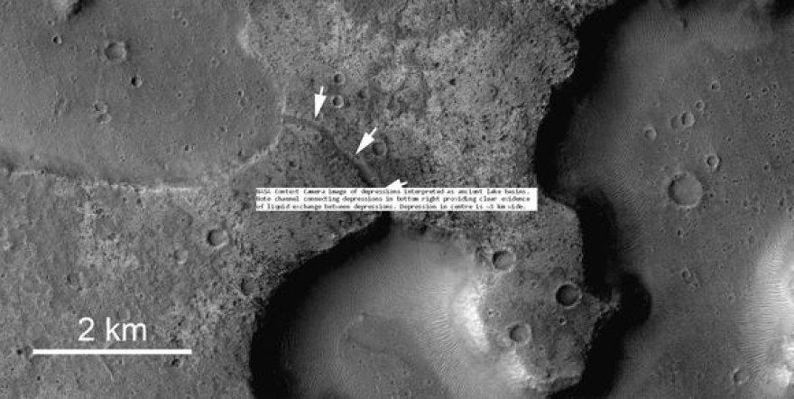 Britų mokslininkai aptiko, kad Marse esančius kraterius jungia kanalai.