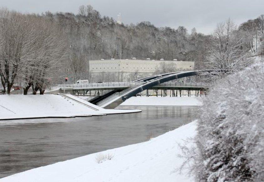 Apsnigta Neries krantinė šalia Mindaugo tilto Vilniuje.