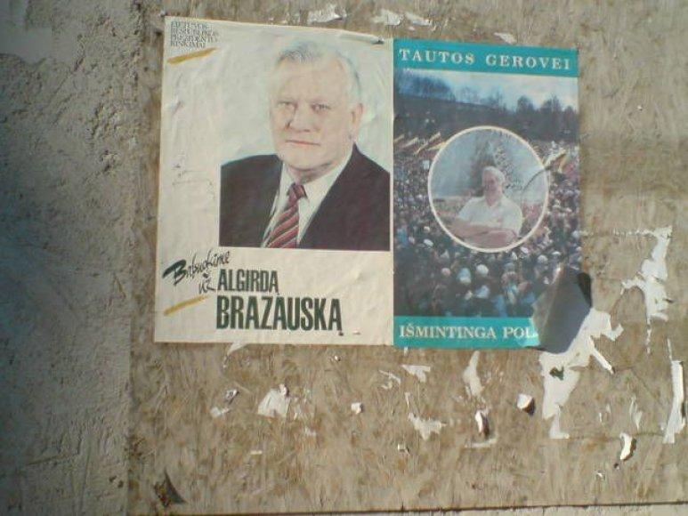 Ant Liejyklos gatvėje esančio pastato sienos pakabintas senas plakatas su A.M.Brazausko atvaizdu.