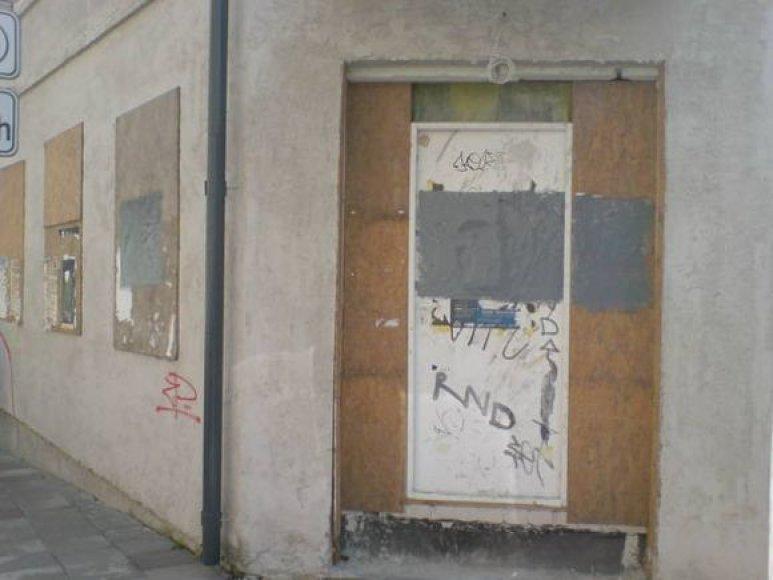Senus prezidento rinkimų kampanijos plakatus uždengė storas pilkų dažų sluoksnis.