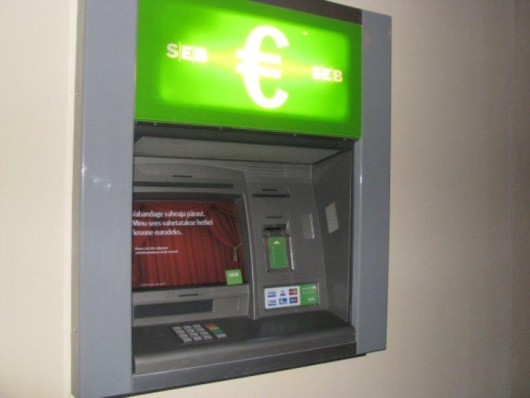 Iš šio specialaus bankomato aukšti pareigūnai traukė pirmuosius eurus.