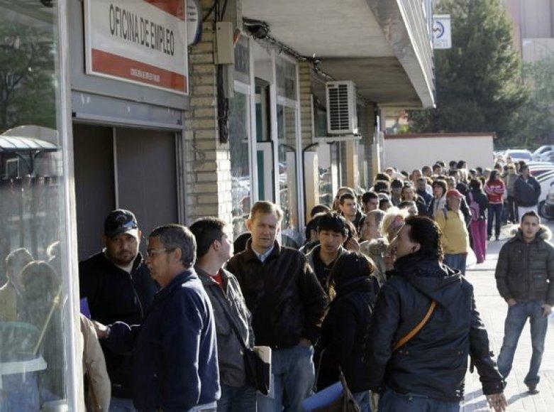 Bedarbiai ispanai stovi eilėje prie įėjimo į Darbo centrą.