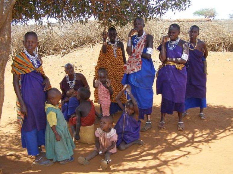 Be civilizacijos patogumų gyvenančios masaju moterys ir vaikai. Jų galvos skutamos, kad būtų išvenga utėlių ir blusų.