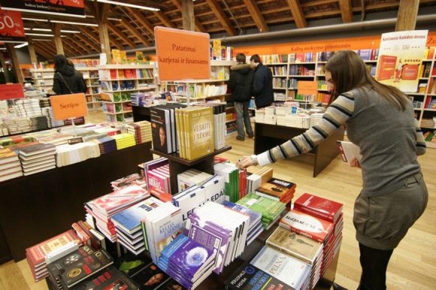 Knygynuose smarkiai sumažėjo pirkėjų. O bibliotekininkai pastebi, kad knygų mėgėjai šiemet nebe tiek traukia į knygynus, o vis dažniau užsuka į bibliotekas.