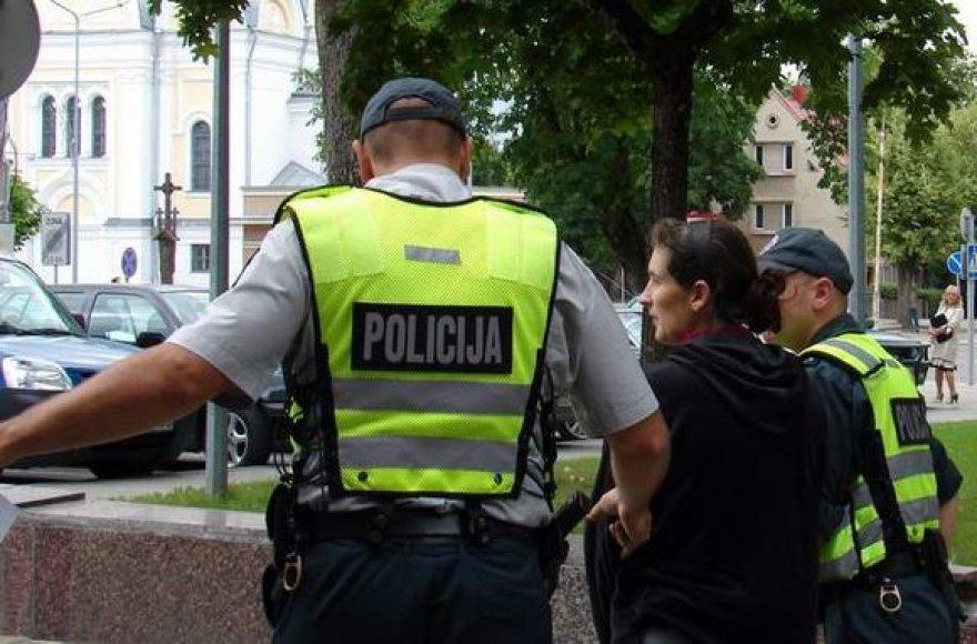 Pareigūnai suima RasąBurneikienę.