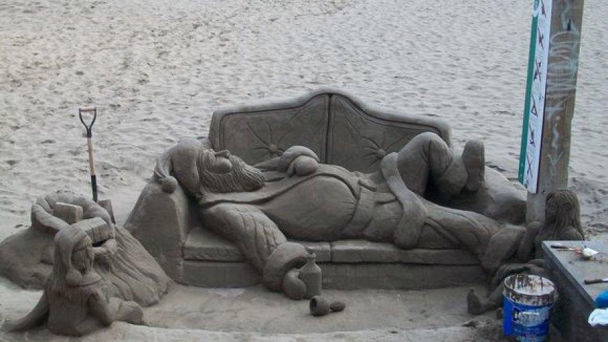 Kalėdų Seneliui iš smėlio kaitri saulė nebaisi.
