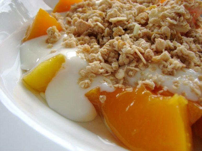 Jei mėgstate, keptus persikus ir jogurtą galite apibarstyti mėgstamais dribsniais.