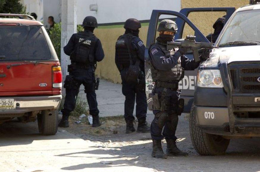 Federalinė policija reido metu.